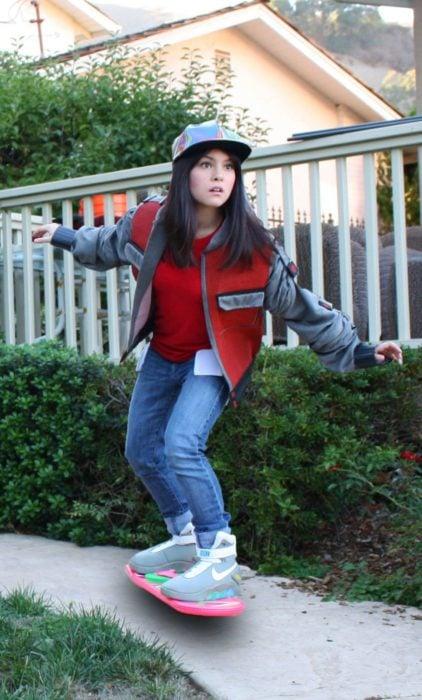 Disfraces de Halloween de los 80; chica disfrazada de Marty McFly en patineta