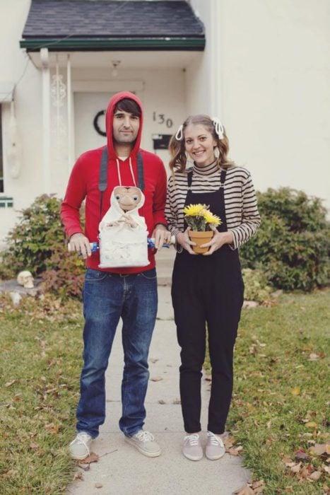 Disfraces de Halloween de los 80; pareja disfrazada de E.T., Elliott y Gertie