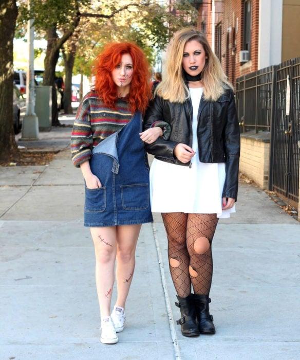 Disfraces de Halloween de los 80; amigas disfrazadas de Chucky y su novia