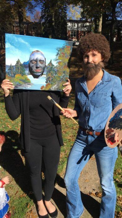 Disfraces de Halloween de los 80; amigas disfrazadas de pintor Bob Ross y de una pintura