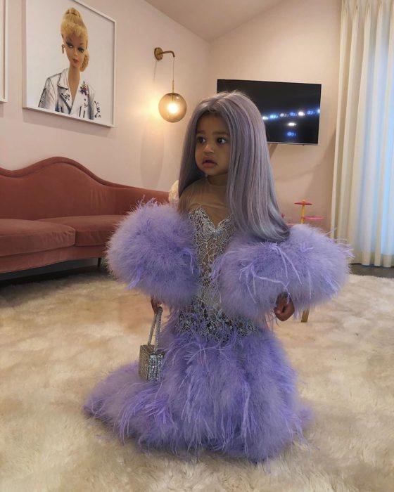 Stormi Webser usando un vestido de color morado con plumas como el de su madre Kylie Jenner en la Met Gala 2019