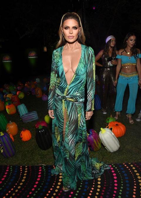 Lisa Rinna disfrazada como Jennifer Lopez con un vestido de color verde