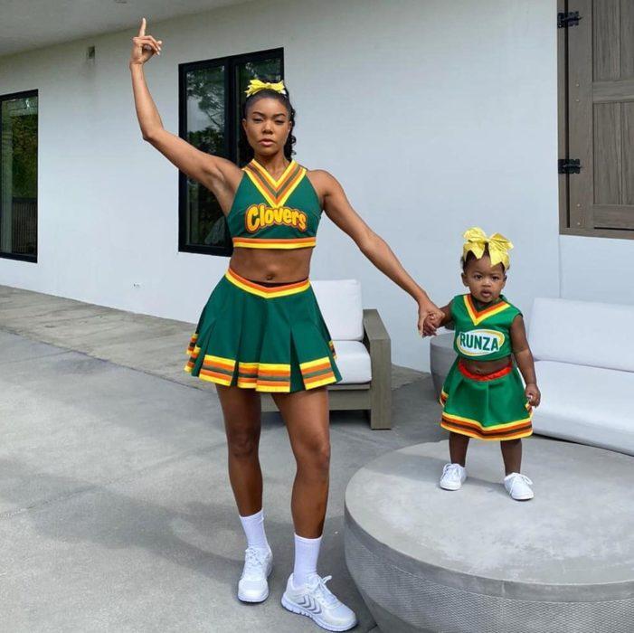 Gabrielle Union y su hija Kaaviausando disfraces de porristas de la película Triunfos Robados