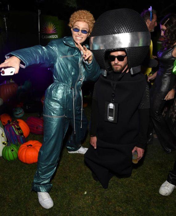 Jessica Biel disfrazada como Justin Timberlakeen NSYNC y Justin Timberlake como un micrófono