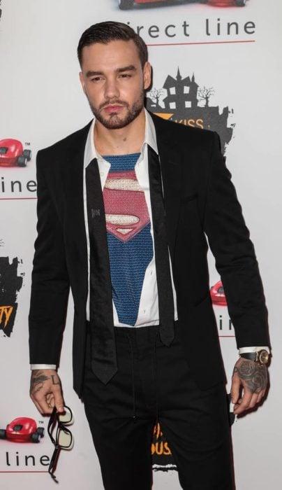 Liam Payne disfrazado como Clark Kent de Superman