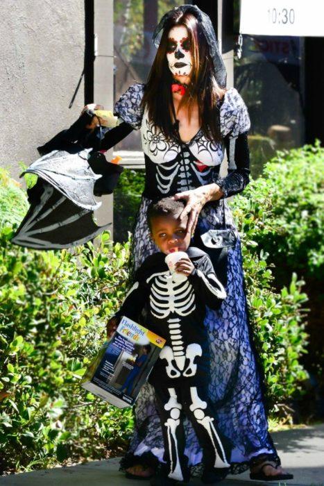 Sandra bullock y su hijo disfrazados de calaveras