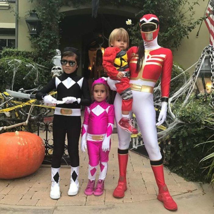 Hijos de Kourtney Kardashian disfrazados como los personajes de los power rangers