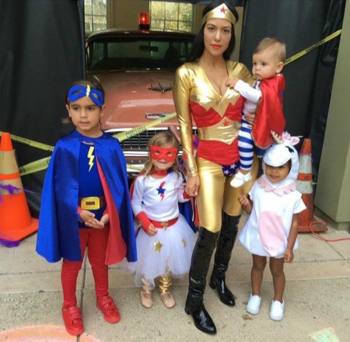 Hijos de Jourtney Kardashian y Kim disfrazados como superheroes y un unicornio