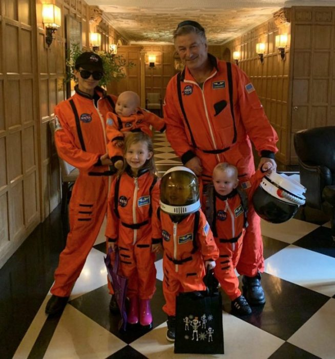 Hijos de Alec Balwin y su esposa disfrazados como cientificos de la NASA