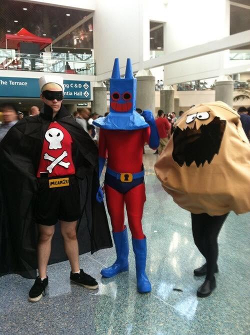 Grupo de amigos disfrazados como los villanos de Bob Esponja