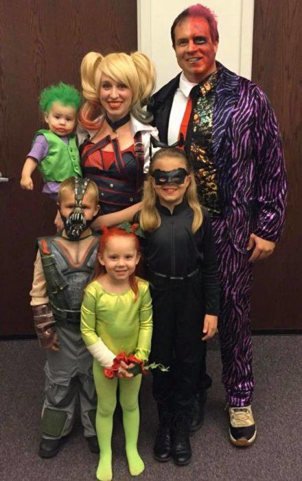 Familia disfrazada como villanos de DC cómics