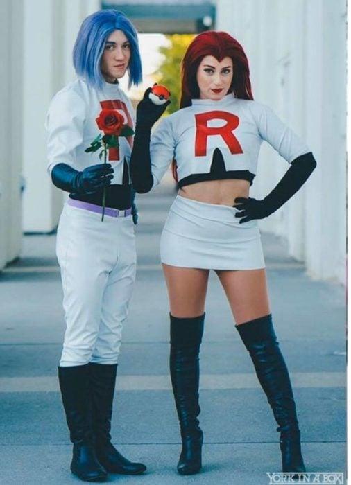 Pareja de novios disfrazados como el equipo Rocket de Pokémon
