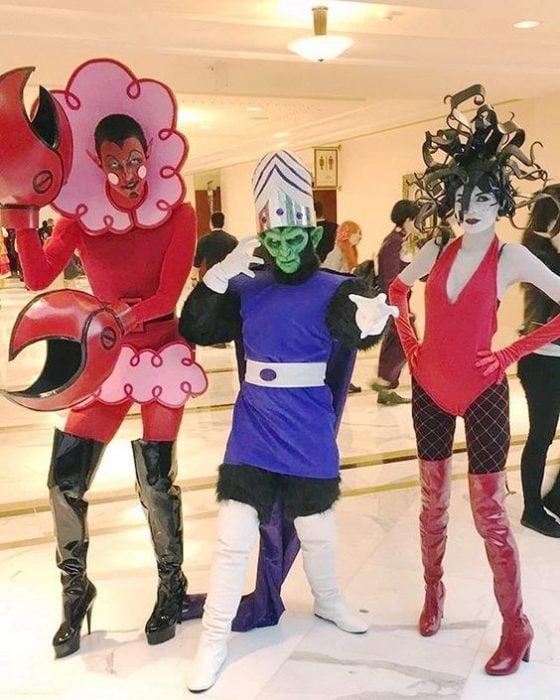 Grupo de amigos disfrazados como lso villanos de las chicas superpoderosas