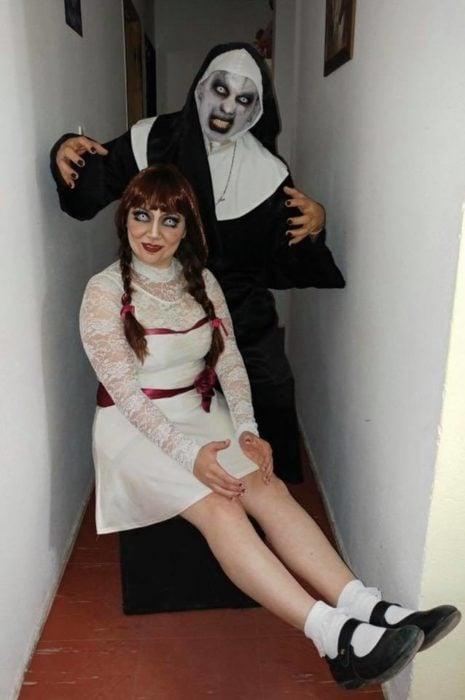 Dupla de amigas disfrazadas como La monja y Annabelle