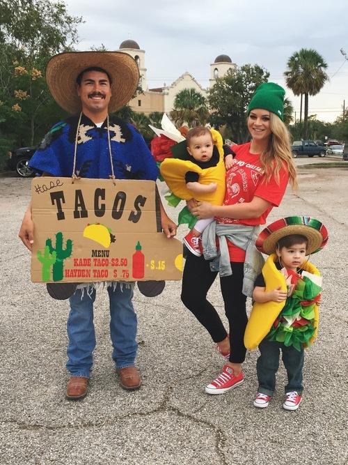 Familia usando disfraces para Halloween con diseños de tacos