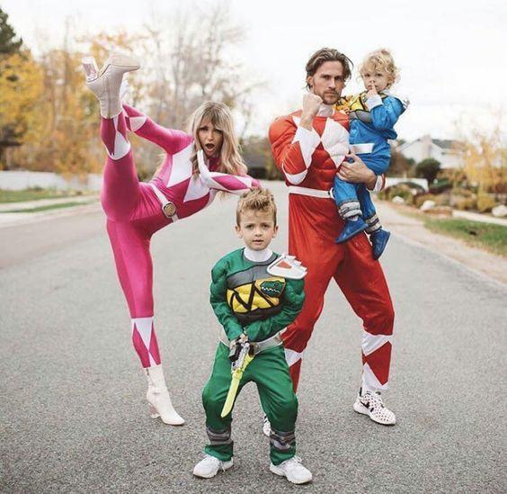 Familia usando disfraces de los Power Rangers en su versión de los 90