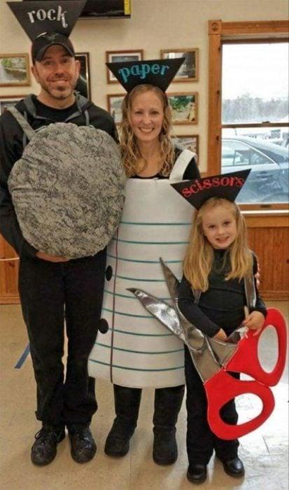 Familia con disfraz casero del juego piedra, papel o tijera