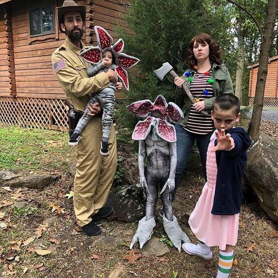 Familia con disfraces de personajes de Stranger Things, Demorgogon, Eleven y Hopper