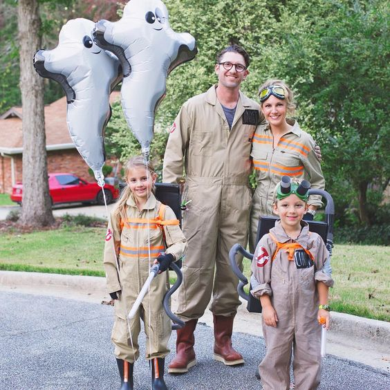 Familia con disfraces de overoles en beige similares a los de Los Cazafantasmas