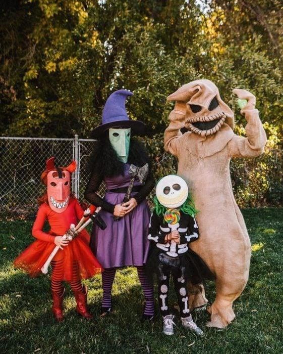 Familia con disfraces de brujas, oggie boogie de El extraño mundo de Jack