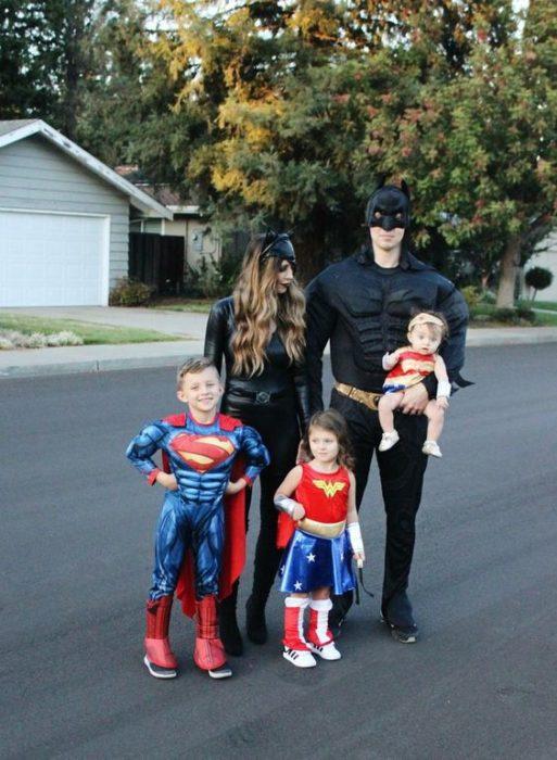 Familia con disfraces de personajes de DC cómics, Batman, Gatubela, Superman, Wonder Woman y Robbin