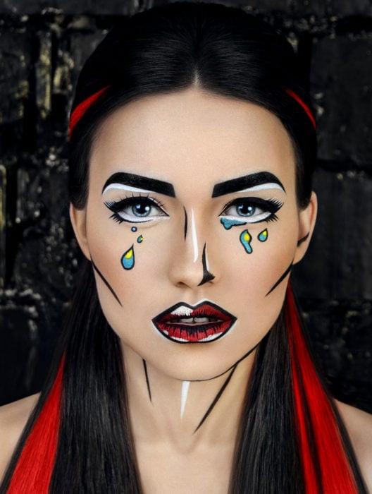 Disfraz de Halloween de comic pop art; mujer con rostro pintado de historieta con líneas gruesas y lágrimas