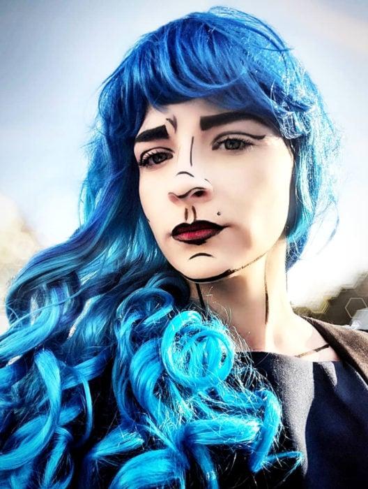 Disfraz de Halloween de comic pop art; chica de peluca color azul larga con fleco, pintada estilo historieta
