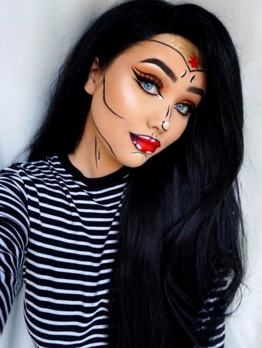 Disfraz de Halloween de comic pop art; chica maquillada estilo hnistorieta de la Mujer Maravilla; cabello negro y largo con ojos azules