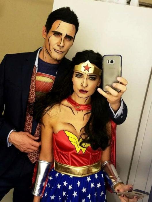 Disfraz de Halloween de comic pop art; pareja de novia y novio maquillados como historieta de La Mujer Maravilla y Superman