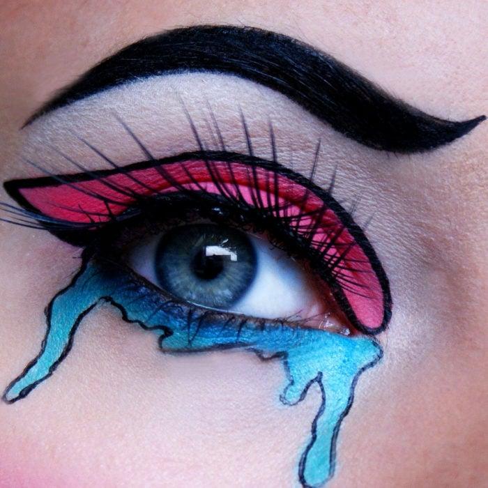 Disfraz de Halloween de comic pop art; ojo de mujer pintado con estilo de historieta de color rosa con lágrimas