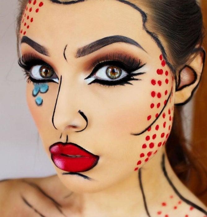 Disfraz de Halloween de comic pop art; chica con rostro pintado estilo historieta con líneas gruesas, puntos rojos y lágrimas azules