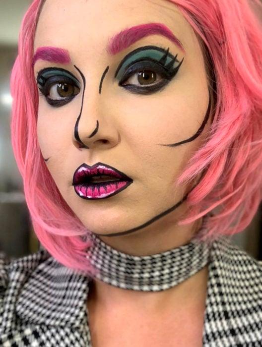 Disfraz de Halloween de comic pop art; chica de peluca rosa maquillada con estilo historieta