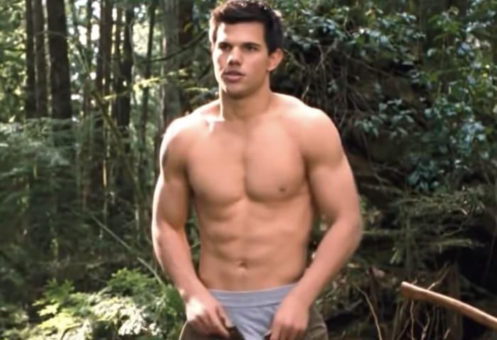 Jacob quitandose la camisa en una escena de crepúsculo luna nueva