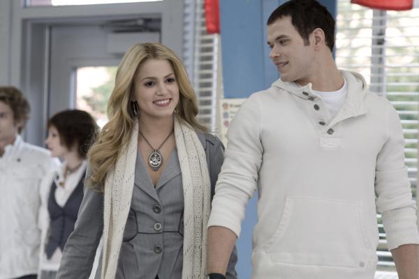 Rosalie y Emmet Cullen caminando tomados de la mano en la película Crepúsculo