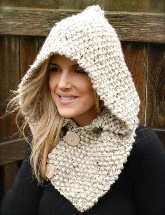 Chica llevando gorro tejido con bufanda incluida