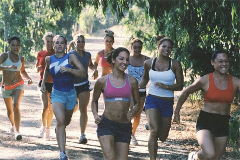 un grupo de mujeres corriendo en un bosque o parque