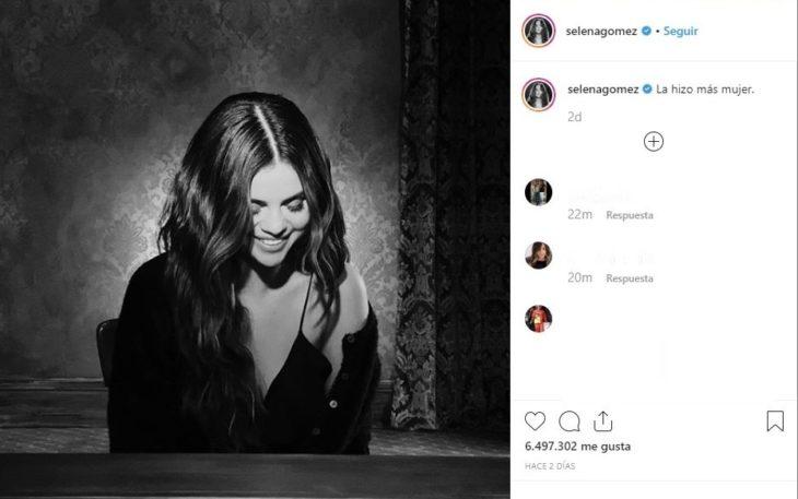 Selena Gomez mirando hacia abajo, tocando el piano