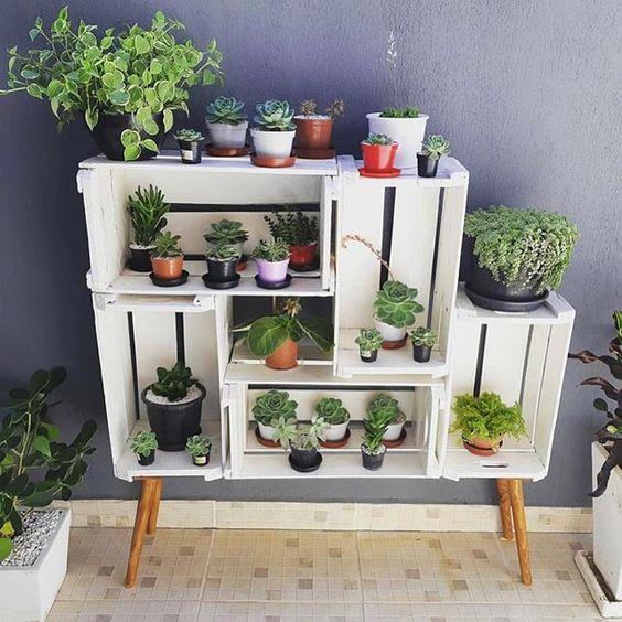 Jardinera para interiores elaborada con rejas de madera