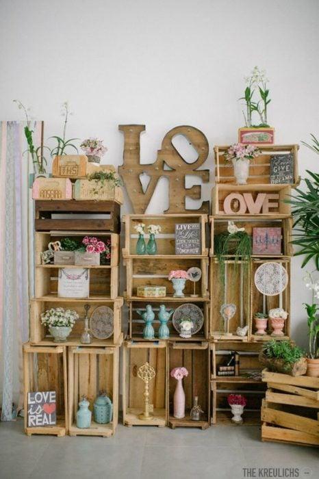 Mueble para sala hecho con rejas de madera y barniz