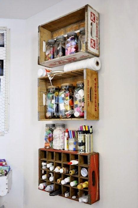 Organizador casero elaborado con rejas de madera barnizadas