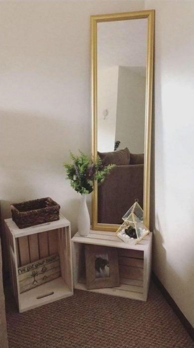Mueble esquinero en recamara para soportar un espejo de cuerpo entero