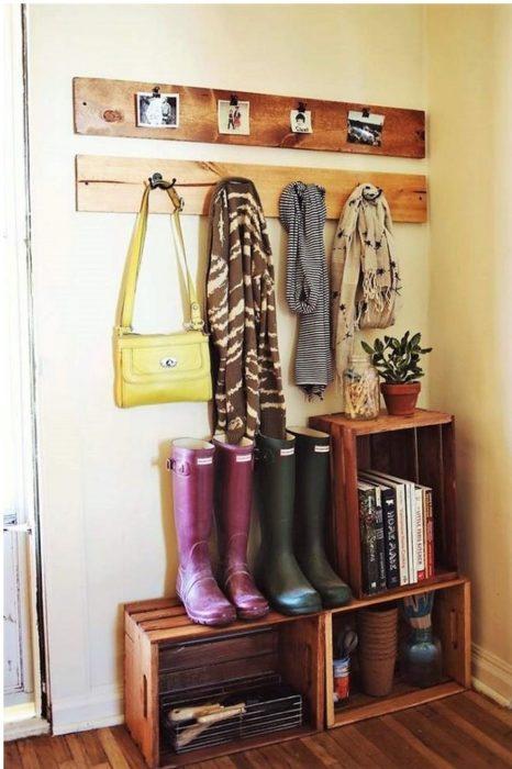Repisas de entrada en casa para colocar zapatos y botas de agua