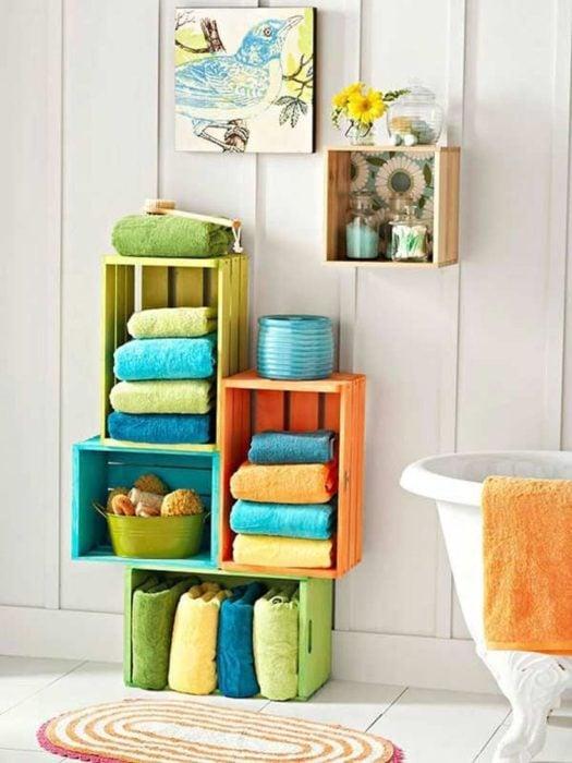 Mueble para baño hecho con rejas de madera pintadas de colores