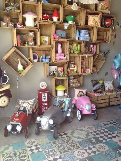Juguetero de pared completa elaborado con rejas de madera