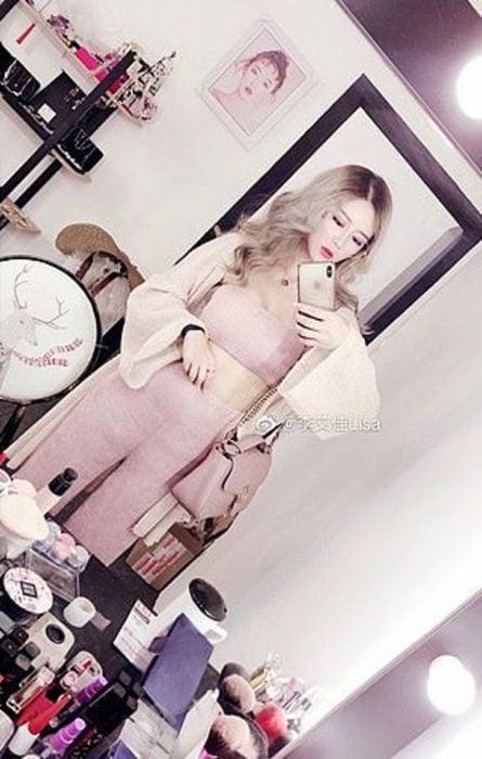 Influencer china tomandose una foto frente a un espejo