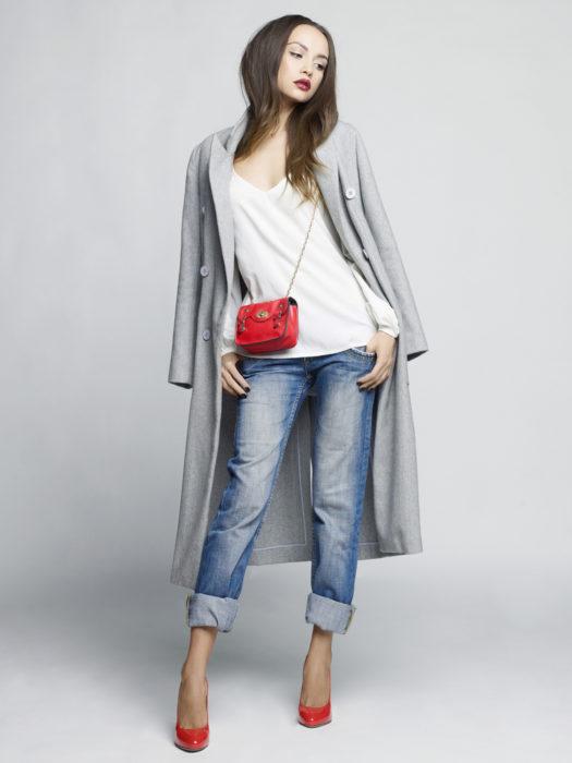 Jeans, gabardina y blusa blanca