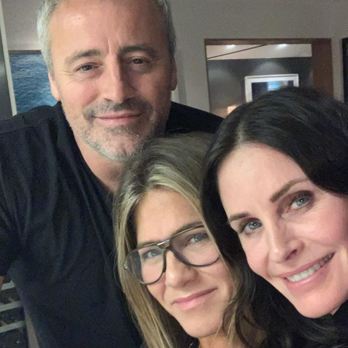 Courtney Cox reunida con el elenco de friends para tomarse una fotografía