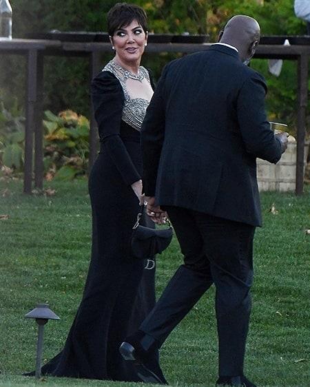 Kris Jenner caminando de la mano con su novio mientras van a la boda de jennifer lawrence