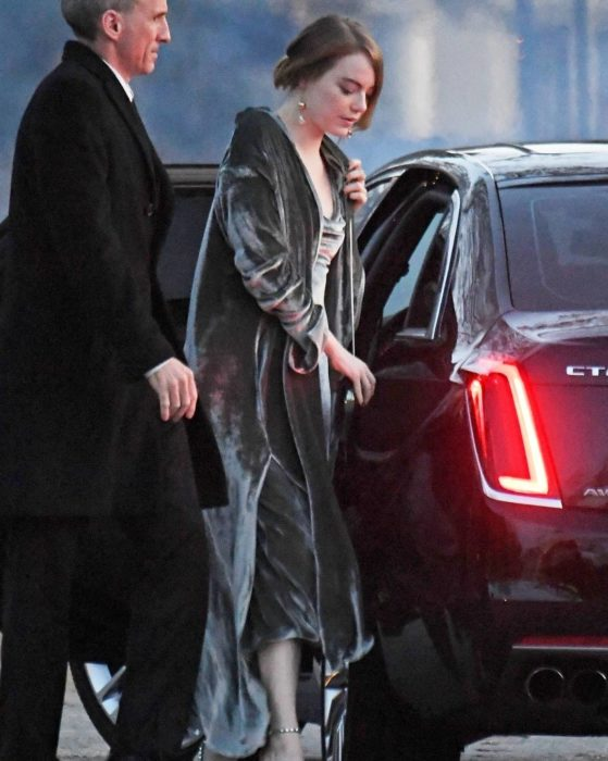 Emma Stone bajando del auto en el que se dirigía a la boda de Jennifer Lawrence