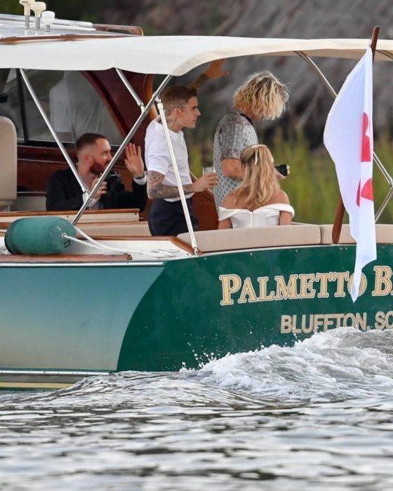 Justin Bieber y Hailey Baldwin se casan por la iglesia; pareja en un bote